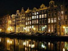 תעלות אמסטרדם בלילה