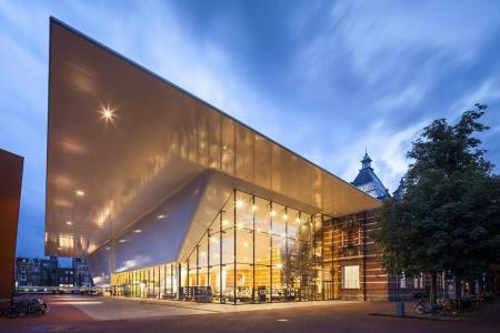 מוזיאון לאמנות מודרנית הממוקם בכיכר המוזיאונים בסמוך לרייקסמוזיאום