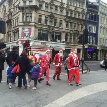 סנטה קלאוס לפני חג הפסחא? רק בלונדון (צלמה: נטלי שוחט)