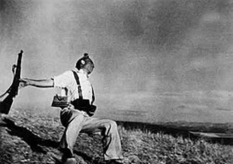 """רוברט קאפה מותו של חייל לויאליסט""""  1936 מלחמת האזרחים ספרד"""