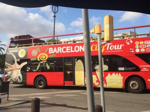 """אוטובוס ה""""סיטי תור"""" של ברצלונה (יש גם בכחול) מראה העיר מהרכבל של ברצלונה (צילמה: נטלי שוחט)"""