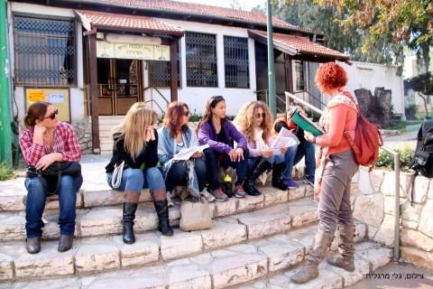גילה וקבוצה נשית סמוך לבית הכנסת הישן של חדרה (צילום: גלי מרגלית)