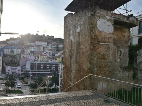 דיסוננס גם בנוף שסמוך למלון Welcome ליסבון - הבתים הצבעוניים על הגבעה השנייה מול השיפוצים ברחוב המתחדש.