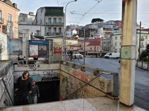 אחת ממספר הכניסות לתחנת מטרו Martim Monis - דקותיים מהמלון.