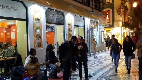 קריר בפברואר בליסבון: להקת החימום האישית שלנו תלווה אותנו גם מחר.