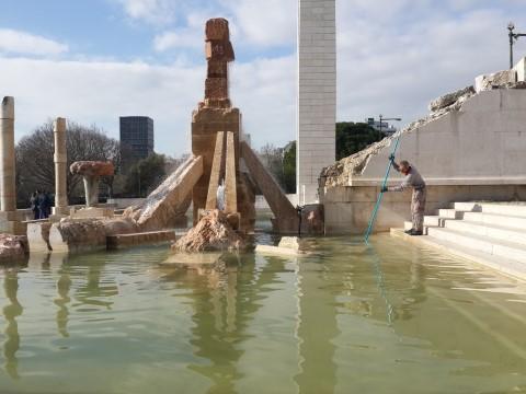 עובדי תברואה מנקים את המזרקה בפארק אדוארדו השביעי בליסבון. אדי היה גאה בהם.