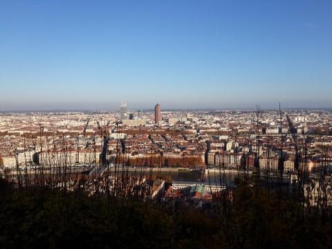 מטרופולין ליון - מבט מהרחבה של נוטר דאם דה פורבייר שמעל הרובע העתיק, והחולשת על העיר