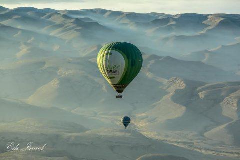 כדור פורח מעל המדבר צילום אדי ישראל