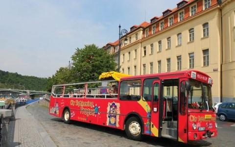 סיור באוטובוס התיירים בפראג עם עלייה וירידה חופשית עם אפשרות לשילוב עם שייט על נהר ולטאבה וסיורים רגליים