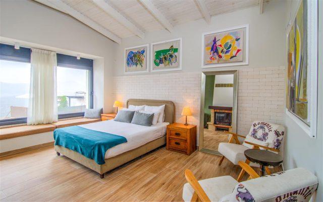 לישון עם ציורים במלון OLIVE רוזנטליס בצפת