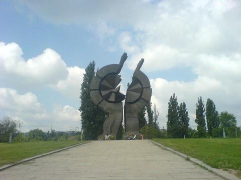 האנדרטה על גדות נהר הסאווה. הצילום מתוך ויקיפדיה.