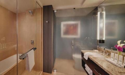 חדר אמבטיה מרווח בחדר סטנדרטי במלון ARIA, לאס וגאס