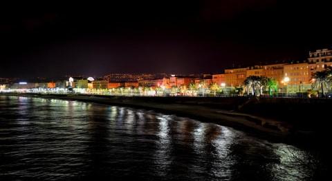 רצועת חוף בניס. בלילה