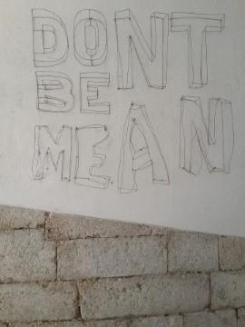 ברחובות ליסבון: מסרים אמנותיים הנתונים לפרשנות. אל תהיו אכזריים!