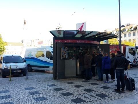 טקסט תמונה: דוכן מידע לתיירים במרכז ליסבון - התור לא מפסיק גם בחודש פברואר, הרחק מעונת התיירות הרשמית.