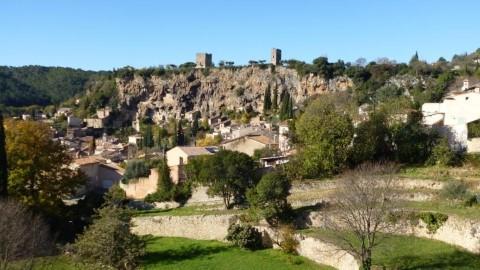 קוטיניאק, ושני הצריחים המסתוריים שמעל הכפר (ADT Var Tourisme ©)