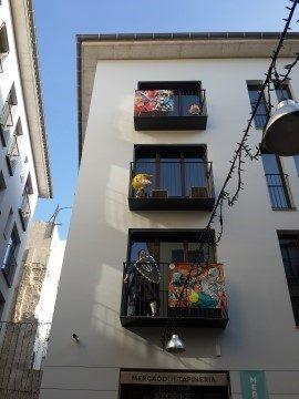 כיכר Carrer del Cobertis de Santo Tomas - מבוך סימטאות וקומיקס בחלונות