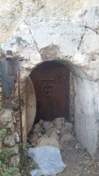 דלת הברזל עם סמל הטאפוס